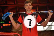 """Kvůli fotografii pro Chomutovský deník oblékl nový dres Lukáš Fiala z """"A"""" týmu Florbal Chomutov. To zásadní jsme však samozřejmě nechali jako tajemství."""