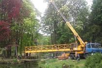 Jeřáb instaluje novou lávku na ostrůvky v rybníku pod Červeným hrádkem.