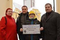 Dvanáctiletý Matěj s rodiči a šekem, vpravo primátor Daniel Černý.