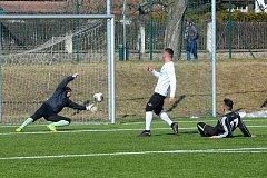 Mostecký Mirga, v černém dresu,  právě střílí druhou branku Mosteckého FK