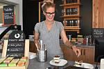 V zelené oáze údlického zahradnictví vyrostla kavárna. Na snímku připravuje dezert Petra Barcová.