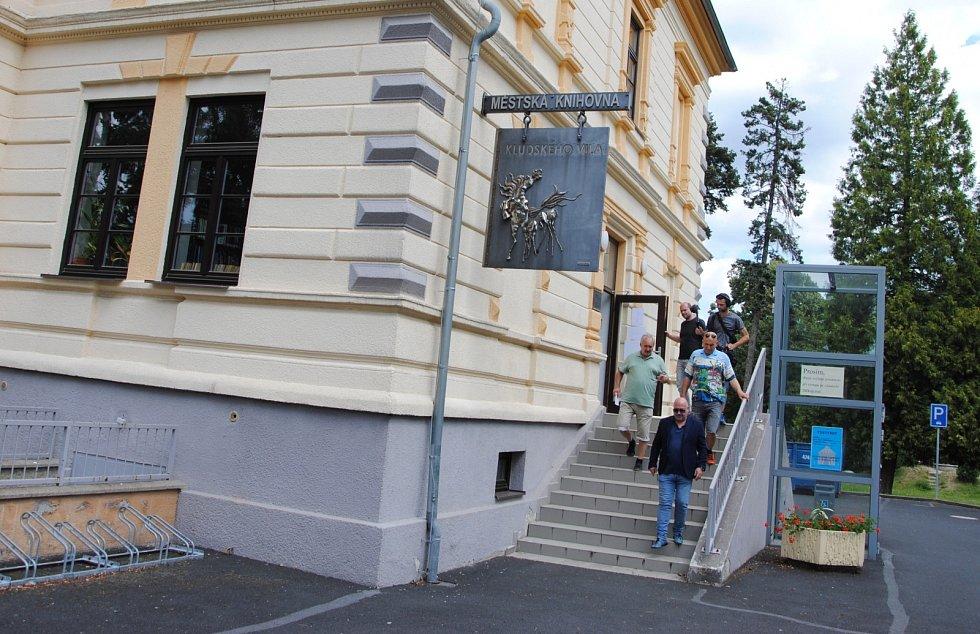 V Jirkově se točí dokument o Michalu Davidovi. Hitmaker při té příležitosti přislíbil pomoc se sháněním sponzorů, aby se mohla obnovit maringotka po Karlu Kludském. Na snímku je před Kludského vilou.
