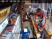 Zaplatit cizí platební kartou se v jirkovském Tescu 17. září pokusila neznámá slečna. V terminálu ale byla karta nahlášená jako odcizená, proto jí prodavačka zboží nevydala.