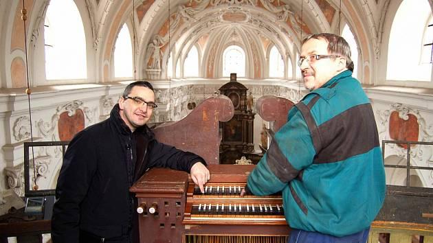 Spokojený páter Artur Sciana (vlevo) poslouchá tóny oživlých varhan. Hraje na ně restaurátor Josef Brachtl.
