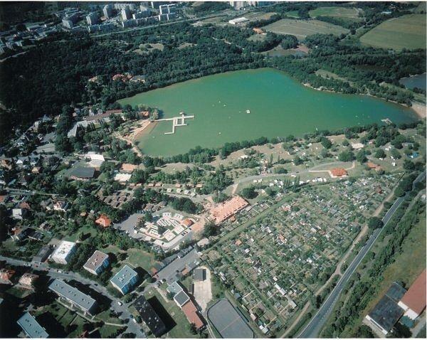 Letecký snímek Kamencového jezera.