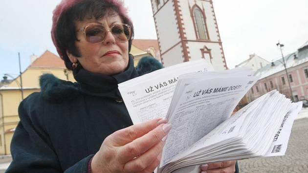 Nespokojená obyvatelka Chomutova Marie Kindermannová předala zástupcům chomutovské radnice petici za odvolání představitelů magistrátu a vypsání předčasných voleb. Petice obsahuje tisíce podpisů nespokojených obyvatel města.