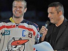 Piráti při slavnostním zahájení představili dresy i kapitána pro sezony - Lubomíra Bartečka.