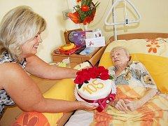 SLADKÝCH 105. Bohuslava Nobilisová stále ráda mlsá, a tak ji dort z rukou vedoucí domova pro seniory Soni Suchomelové potěšil.