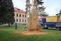 Vrtání studny na zahradě Kludského vily.