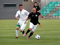 Velký podíl měl na výhře Chomutova tvůrce hry týmu záložník Patrik Gedeon, (na snímku u míče).