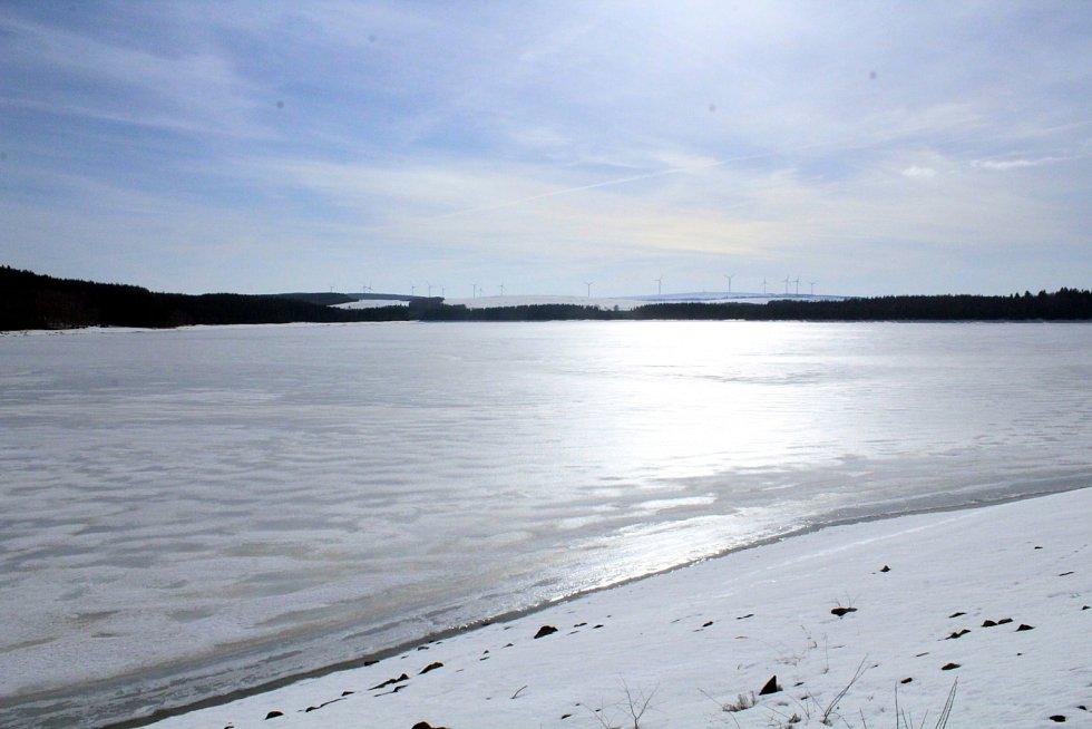 Zimní idylka u přehrady Přísečnice v Krušných horách.