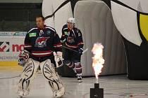 Matúš Kostúr a Jaroslav Svoboda vyjíždějí na led v utkání S UPC Vienna Capitals.