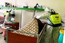 O odborné dezinfekční práce se v Domově pro seniory v Kadani postarali krajští a kadaňští hasiči.