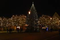 Vánoční strom na jirkovském náměstí. Darovali ho manželé z Chomutova.