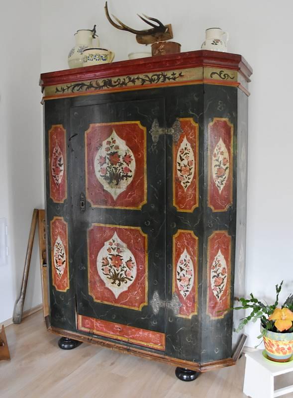Selská skříň z konce 18. století, kterou její majitel zrenovoval.