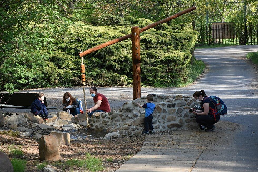 Místo betonového koryta má zoopark přírodní vodní cestu s tůněmi a brouzdalištěm.