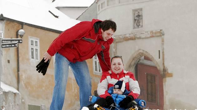 Napadaný sníh udělal radost hlavně dětem. Boby vytáhla i mladá rodina z Kadaně – malý Tomáš Hobík s maminkou Alenou Dragomírovou a otcem Petrem Hobíkem.