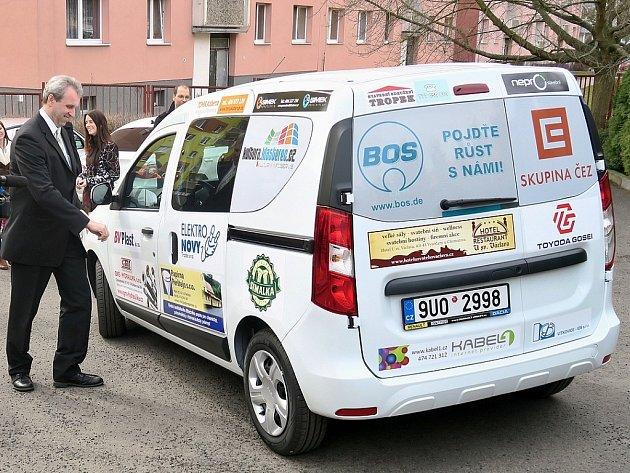 Jaromír Pour, který projekt zaštiťuje, u nového vozu v Klášterci
