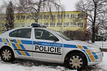 Policisté před údlickou základní školou.