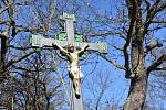 Křížek u květnovského kostela.
