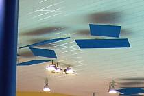 Desky u stropu Aquasvěta, z nichž se jedna utrhla a spadla do bazénu na chlapce.