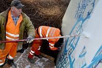 Pracovníci Technických služeb města Chomutova opatřují stěny podchodu novým nátěrem, který zakryje graffiti.