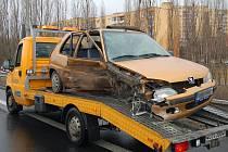 Řidiči tohoto vozu naboural do svodidel a pak se čelně ztratil s protijedoucím Fordem.