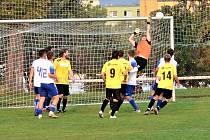 Velkou překážkou byl pro ervěnické fotbalisty (ve žlutém) gólman Roudnice Darek Doležal. Všechny útočné akce a střely domácích dokázal s přehledem zlikvidovat.