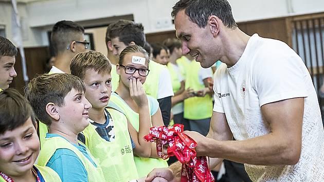 Michal Navrátil mezi studenty Gymnázia a střední odborné školy v Klášterci.