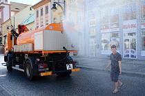 Technické služby v Chomutově nasadily do ulic kropící vozy