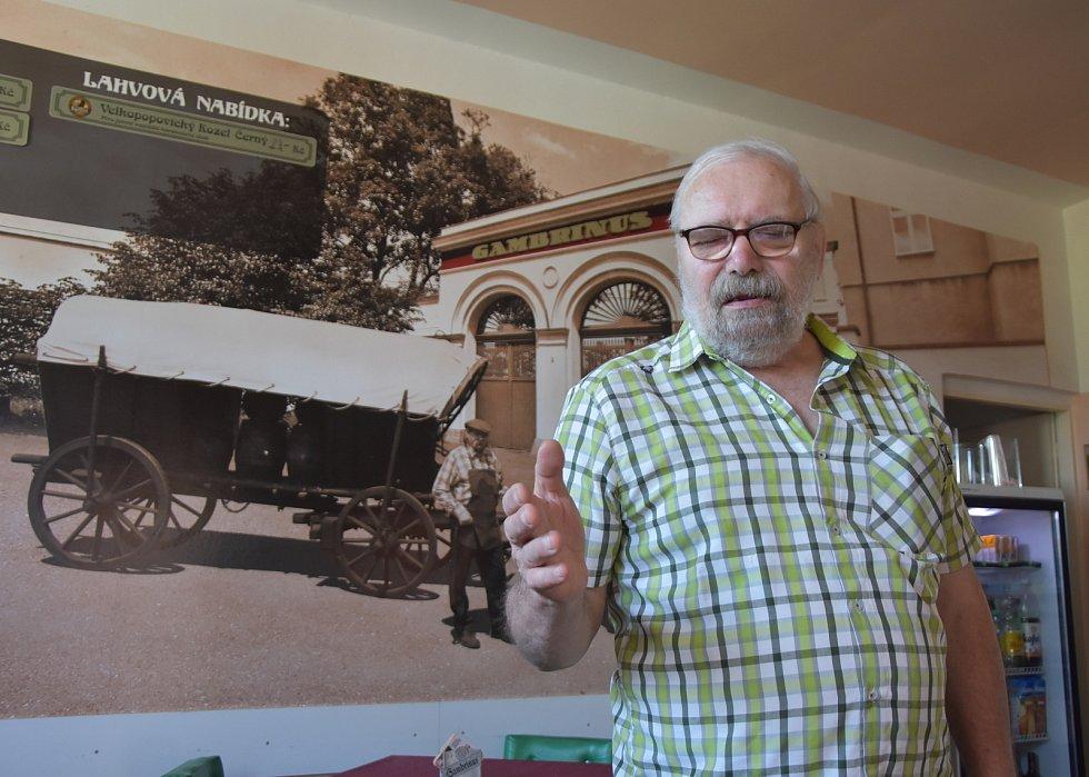 Zdeněk Kejzlar v hospůdce, která i před sto lety sloužila jako zájezdní hostinec. Přespávali tam vozkové.