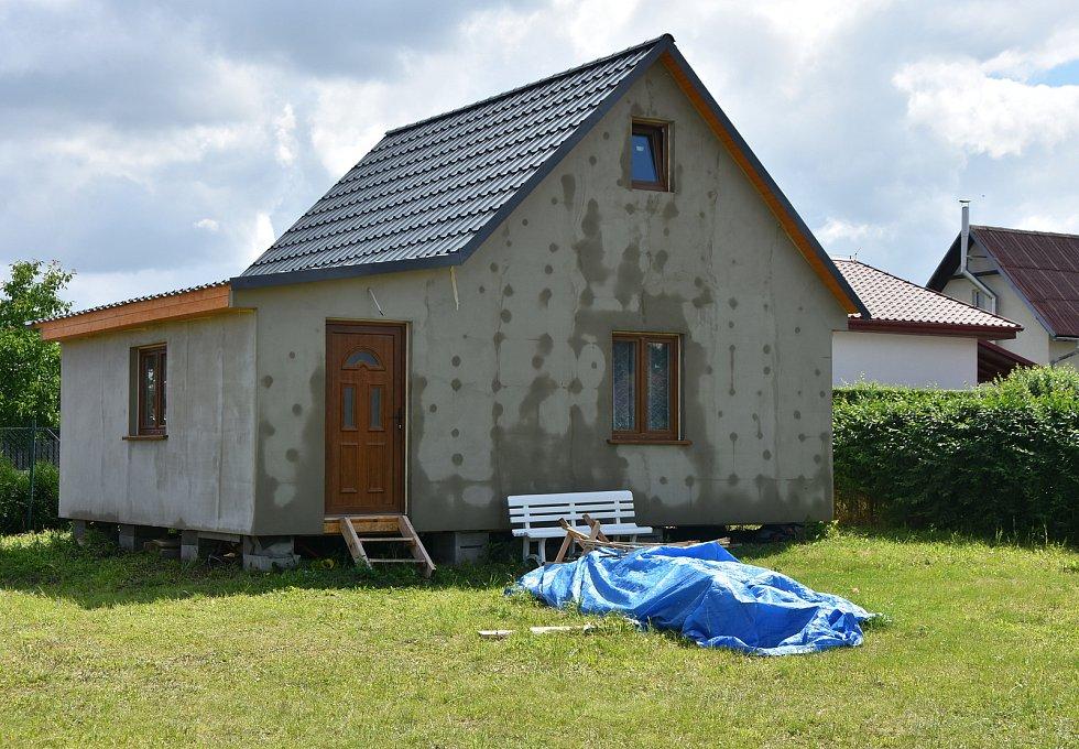 Chaty ve Vadkovicích stále přibývají. Některé jsou od pohledu určené pro trávení víkendů a části prázdnin. Jiné mají garážová stání, bazény a vzhled klasických rodinných domů.