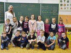 Žáci 1. B ZŠ Na Podlesí Kadaň paní učitelky Věry Tomanové. Na snímku jsou děti s asistentkou Janou Zrůstkovou.