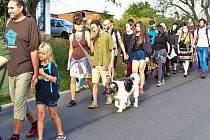 V sobotu ráno se vydal pochod o několika stovkách lidí z kempu, které vyrostl v Okoříně poblíž Strupčic.