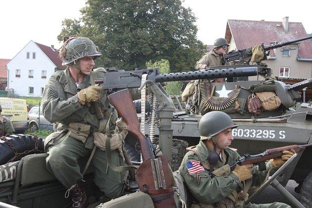 První vojenské ukázky proběhly už v pátek, tahle fotografie je z osvobozování úřadu v Málkově.