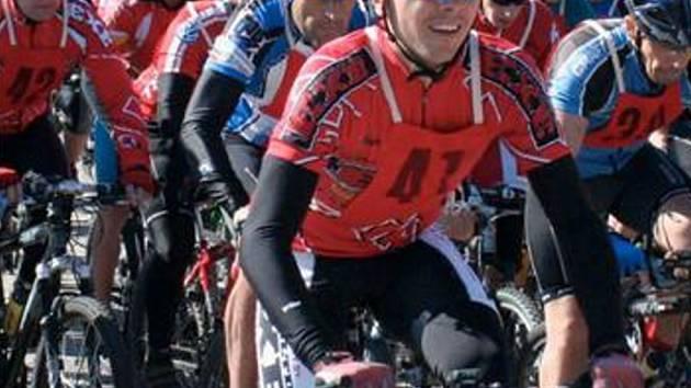 NA START LETOŠNÍHO ROČNÍKU Jirkovského crossmarathonu se postavil rekordní počet závodníků – 49 běžců, 89 cyklistů a tři turisté. Nejrychlejším běžcem byl David Kunčar z Prahy, nejrychlejším cyklistou Daniel Dolanský z Kadaně.