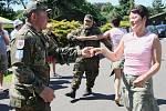 Bratři Švajerovi ve vojenských uniformách vyzývali k tanci.
