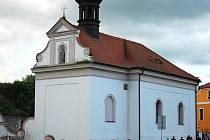 Kostel Stětí sv. Jana Křtitele v Kadani a průvod při loňské Noci kostelů.