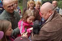 Jakmile jehňata dostala jména, děti se hrnuly si je pohladit. Na snímku vpravo herec Ota Jirák.
