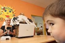 Preventivní vyšetření zraku absolvoval i předškolák v chomutovské mateřské školce Kvítek Honzík Skřípal, speciální vyšetření provedla Petra Spiegelová.
