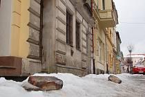 Dvě cihly zůstaly po pádu na sníh celé, další se roztříštily. Jen náhodou se nikomu nic nestalo, ve všední den bývá ulice poměrně rušná.