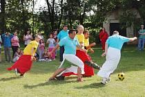 Nezabylice (ve žlutém) proti Hrušovanům (modří). Měli hrát v dámských sukních, ale byly to jen ubrusy:)
