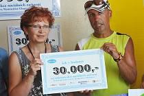 MIROSLAV KALINA hned po doběhnutí předal chomutovské onkologii další šek.