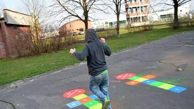 V Jirkově udělají z chodníků hřiště pro děti