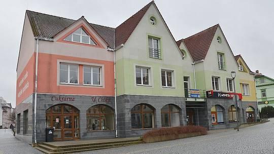 Radnice v Jirkově koupí dům na centrálním náměstí, ve kterém sídlí cukrárna a mateřské centrum.