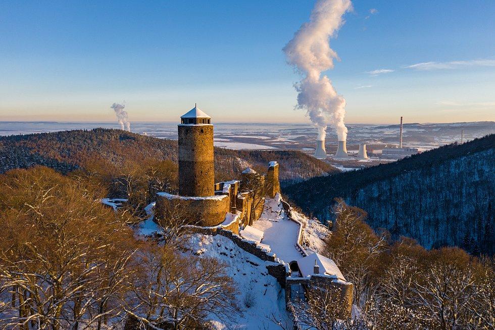 Letecký pohled na zříceninu hradu Hasištejn v zimním hávu. (14.2.2021)