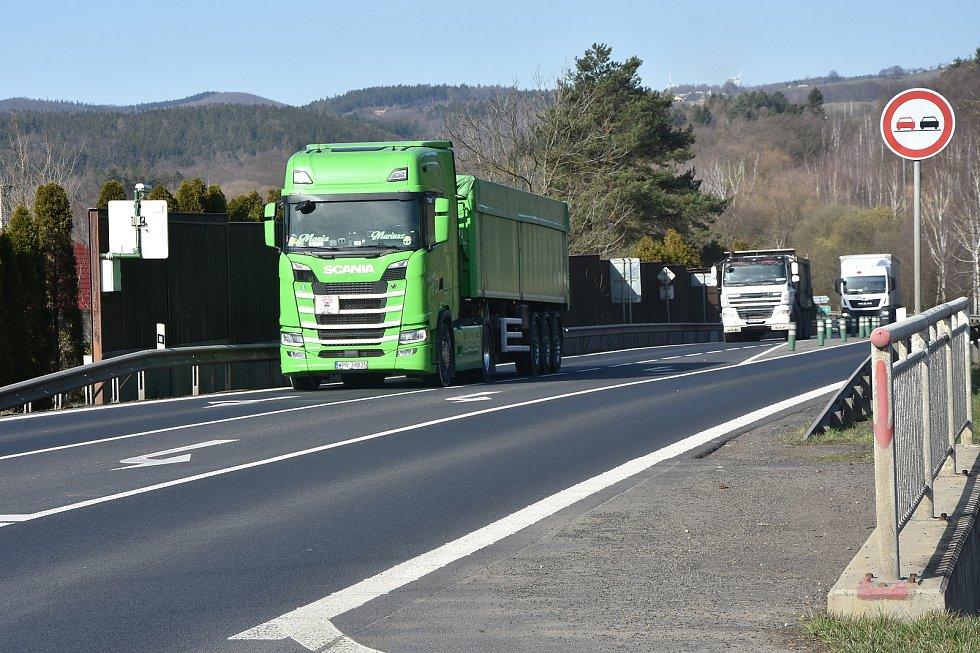 Málkovem i jeho místní částí Zelenou prochází frekventovaná silnicie I/13.