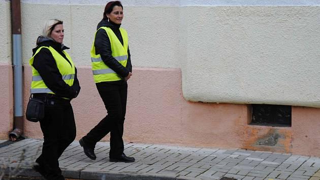 V ulicích Jirkova dozírají na veřejný pořádek civilní zaměstnankyně městské policie. Chodí ve dvojicích v reflexních vestách. Pomohou, poradí, napomínají však také občany za nevhodné chování.