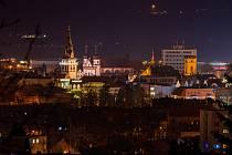 Na historickém náměstí v Chomutově mají návštěvníci náměstí možnost zakoupit dárkové předměty s vánoční tématikou.
