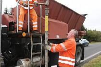 Plné ruce práce mají v těchto dnech i silničáři z Kovářské. Pracovníci Správy a údržby silnic na Chomutovsku proto v minulém týdnu u krajnic horských vozovek instalovali dřevěné sněhové kůly, které navádějí řidiče v případě sněhových převisů.